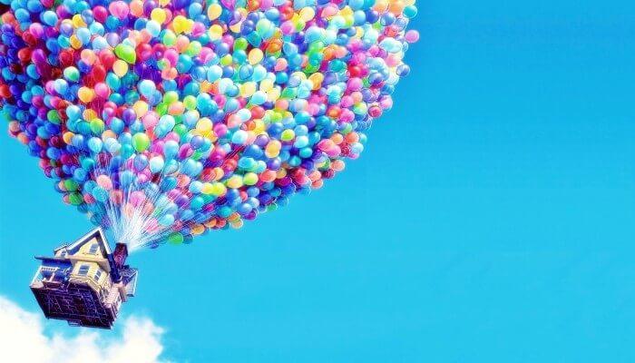 Casa voando sustentada por balões representando projetos digitais