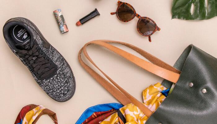 imagem com tênis, batom, óculos de sol, bolsa e lenço representam o shopping no Instagram