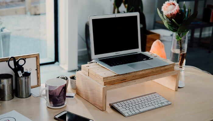 Escrivaninha com computador para acessar o Google Plus
