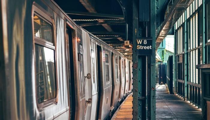 Plataforma de metrô representa plataforma de e-commerce