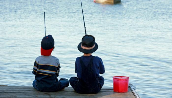 Garotos pescando representam os benefícios Nuvemshop