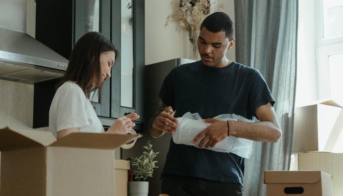 Imagem mostrando pessoas separando pacotes para envio.