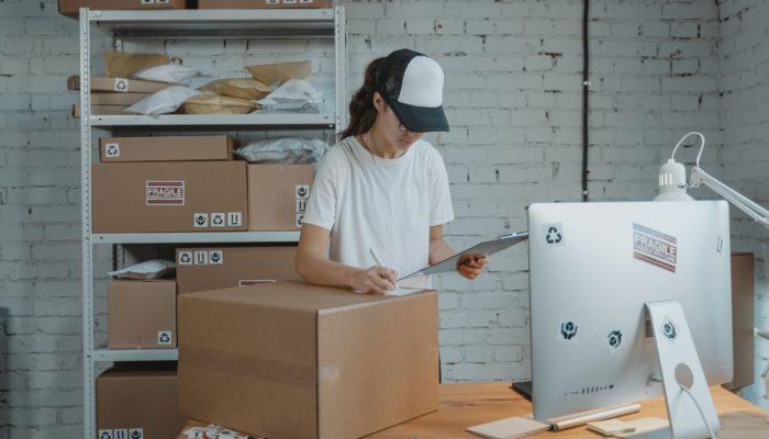 mujer haciendo envíos por paquetería