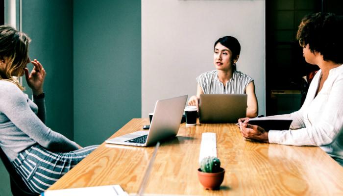 mulheres em reunião de marketing b2b