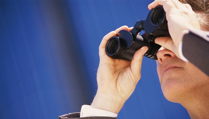 homem usando binóculos
