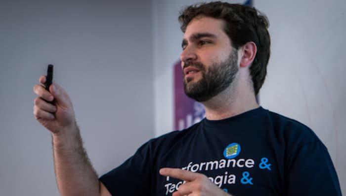 Luiz Piovesana apresentando na Social Media Week