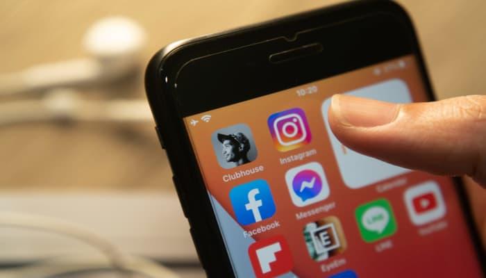 Imagem mostrando um smartphone com o aplicativo Clubshouse instalado.