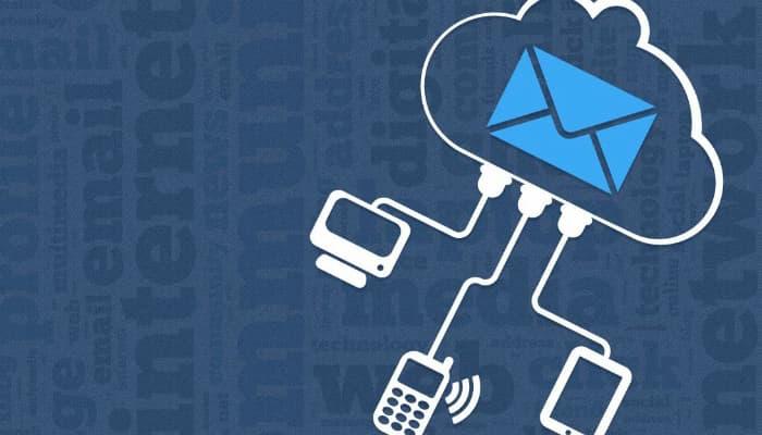 Ilustração de envelope de e-mail marketing ligado a computador, a smartphone e a notebook