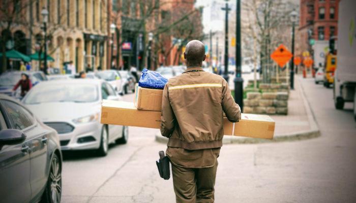 hombre entregando envíos internacionales