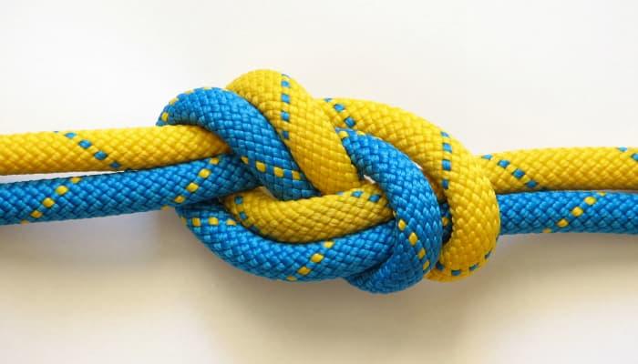 Imagem mostrando cordas com um nó.