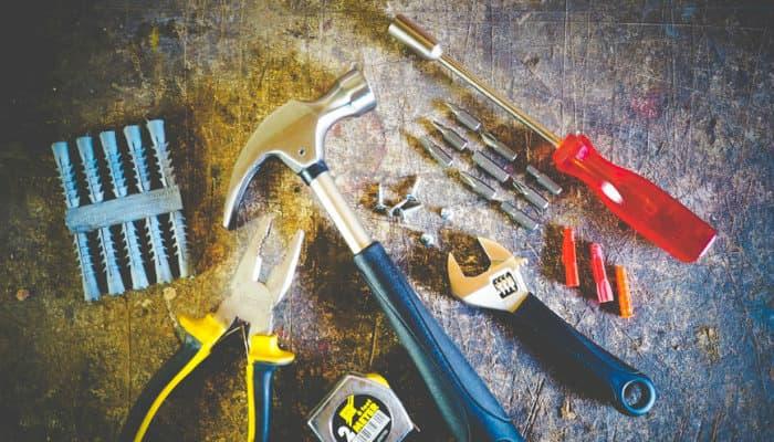 Imagem mostrando ferramentas sobre uma mesa.