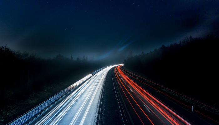 Luzes de faróis em estrada representam como gerar mais vendas com IA