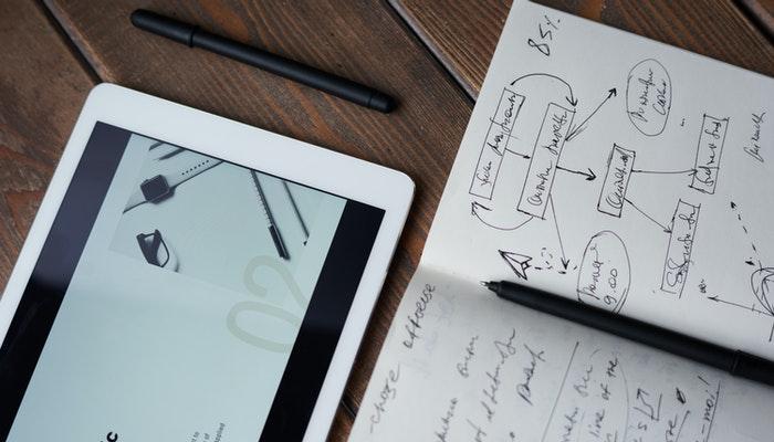 Imagem mostrando um caderno com algumas anotações.