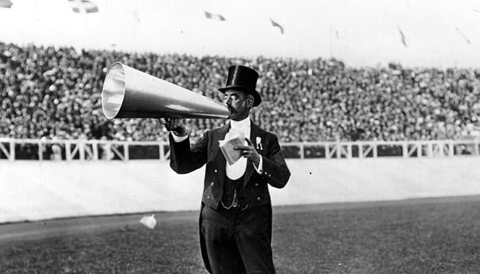 Imagem antiga mostrando um homem com um megafone