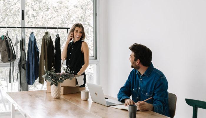 mujer y hombre haciendo ventas por internet