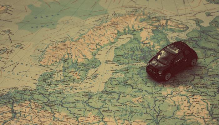 Carrinho de brinquedo sobre mapa representa o Google Maps