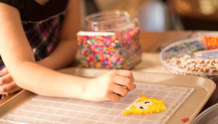Criança brincando com painel