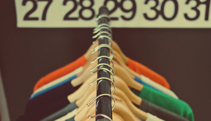Arara com cabides de camisetas penduraras representa o Código de Defesa do Consumidor