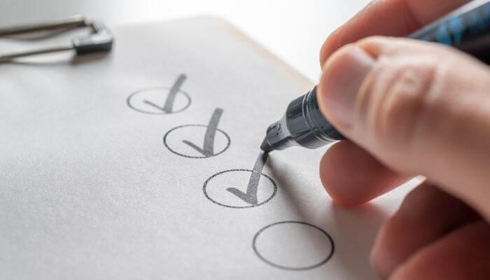 imagem de mão ticando itens de um checklist para loja virtual