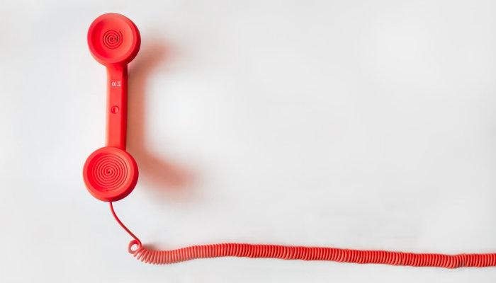 Telefone vermelho, representando a dúvida 'compra em site falso, o que fazer?'