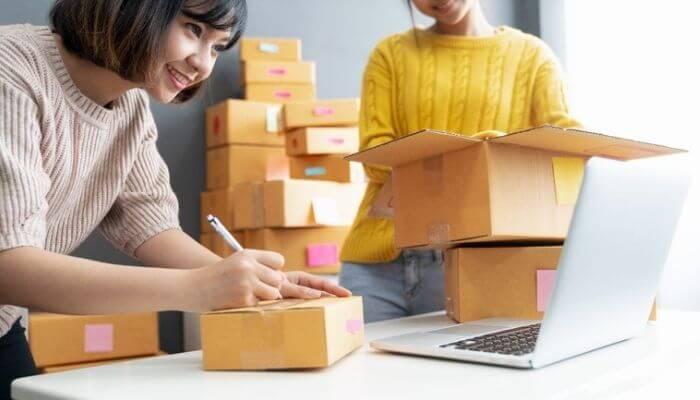 Imagem que representa uma microempreendedora organizando o envio de produtos da sua primeira venda online