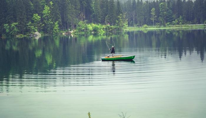 Pessoa pesca em barco ao longe, representando o retargeting no Facebook