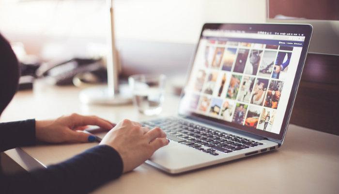 Pessoa criando site de vendas em computador