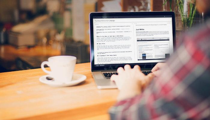 Homem escrevendo em computador representa como escolher a plataforma do seu blog