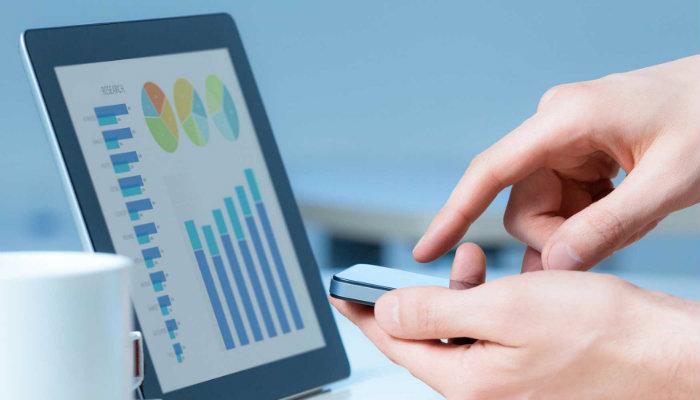 Pessoa analisando gráficos em tablet
