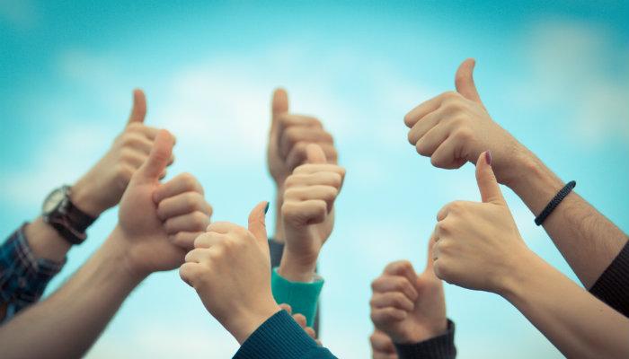 Mãos fazendo sinal de positivo, representando a qualidade no ecommerce