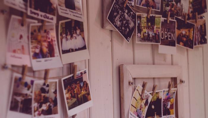 Mural de fotos na parede representa como criar álbum no Instagram