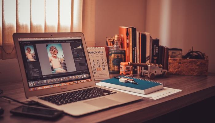 Computador aberto em editor de imagens representa os banners para ecommerce