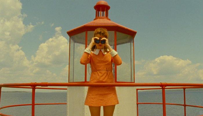 Mulher olha em binóculos, representando o benchmarking