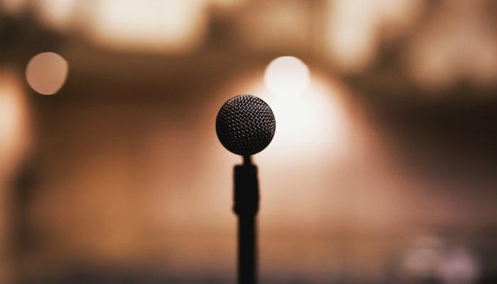 Microfone representa como abordar clientes nas redes sociais
