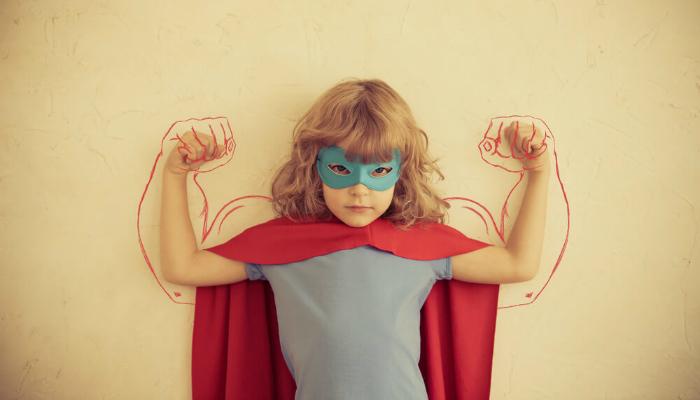 Menina fantasiada de super-heroína representa como chamar atenção de clientes no facebook