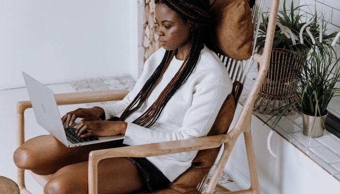 Imagem mostrando uma mulher usando um notebook simbolizando a criação de um negócio online.