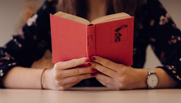 Mulher lê livro, representando o storytelling no Instagram