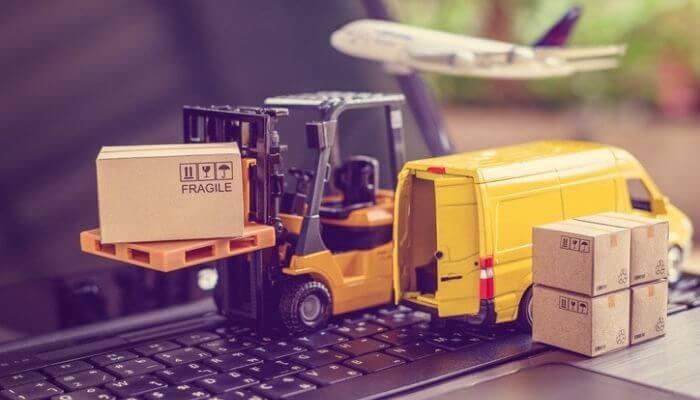 Imagem mostra uma empilhadeira com uma embalagem para envio, uma van de transporte de mercadorias e um avião decolando, simulando, então, o queria o processo de importar produtos