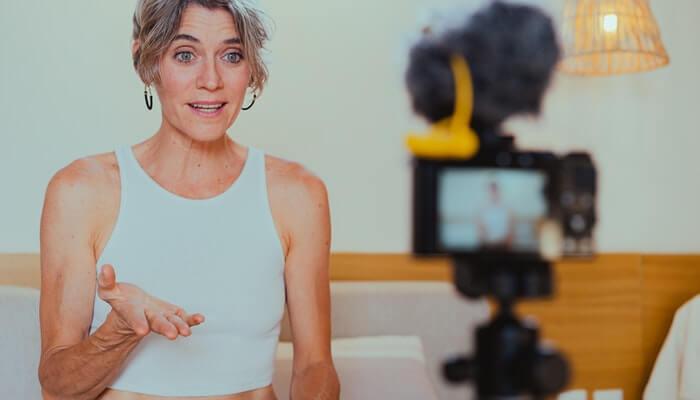 Mulher fala em frente a câmera, representando como influenciar pessoas