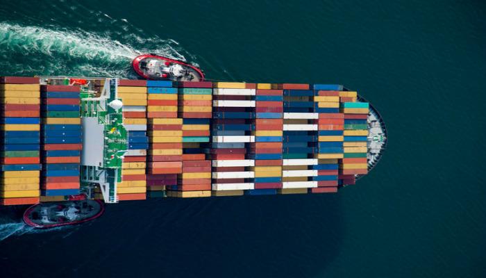 Vista de cima de navio com contêineres representa como vender produtos importados