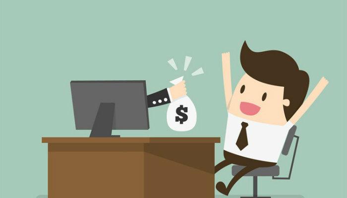 Ilustração de homem recebendo saco de dinheiro em frente a computador representa como vender mais pela internet