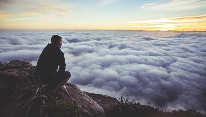 Homem observa as nuvens, representando como vender pela Nuvemshop