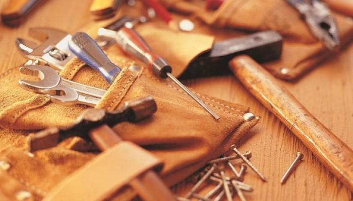 Ferramentas como martelo e chave de fenda representam conceitos básicos da loja virtual