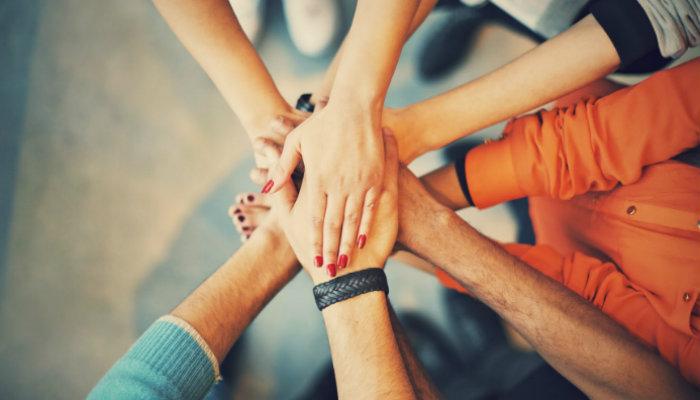 Mãos unidas representam a contratação de funcionários