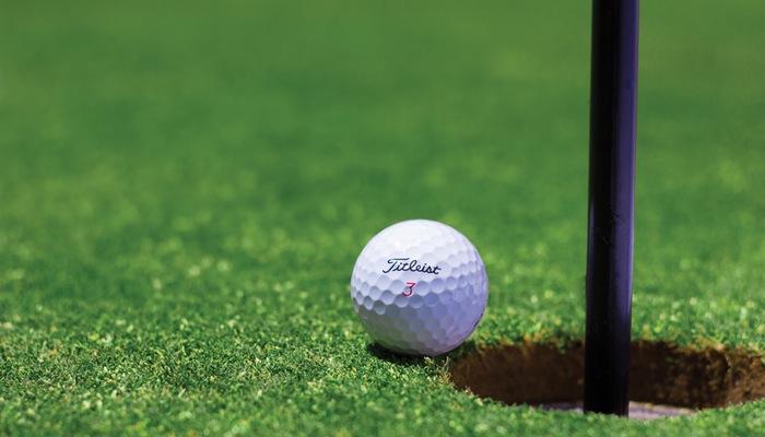 Bola de golfe quase caindo em buraco representa conversões e funis no e-commerce