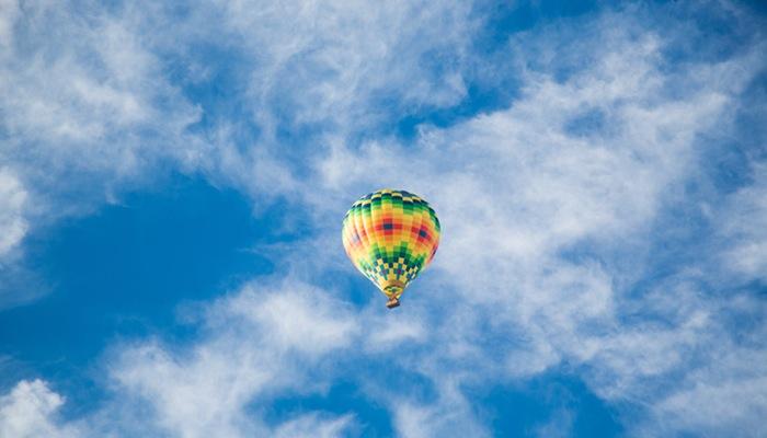 Balão em céu azul representa o crescimento do ecommerce no Brasil