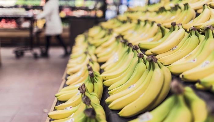 Prateleira com bananas, representando cross selling e up selling