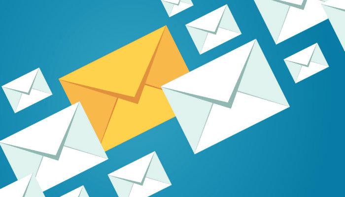 Ilustração de envelopes representa o curso de e-mail marketing