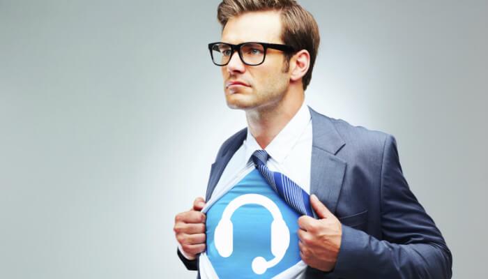 Homem de terno abre a camisa e mostra imagem de headphone abaixo, representando o chat online