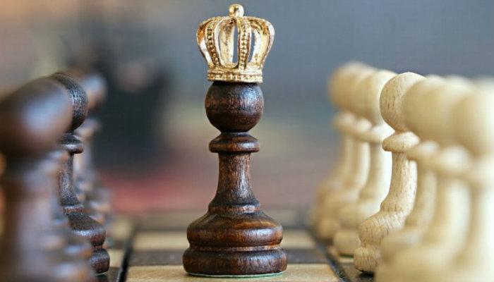 Peão de xadrez com coroa representa as dicas de vendas